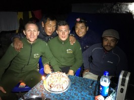 4-6-gateau-pour-chasseurs-guides-heureux-blue-sheep-muntjac-nepal-ovini-expeditions.jpg