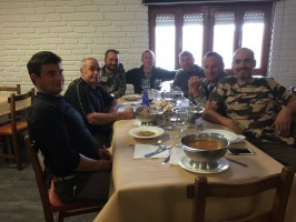d1repas-convivial-chasse-cerf-espagne-ovini-expeditions.jpg