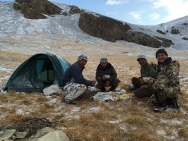 moment-convivial-chasse-ibex-kirghizstan-ovini-expeditions.JPG